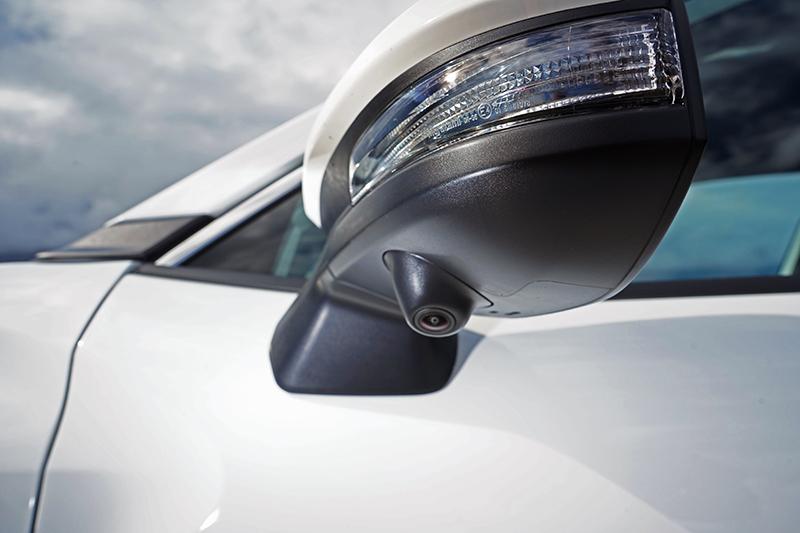 配備環景影像輔助的Hybrid車型在後視鏡下方有安裝鏡頭