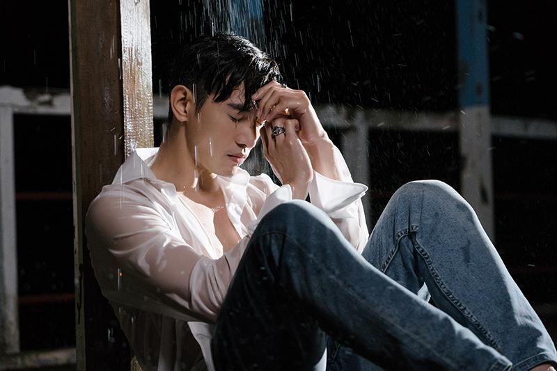 【車勢星聞】張立昂《輸給你》MV超敬業,低溫淋雨上演「肌肉濕身秀」
