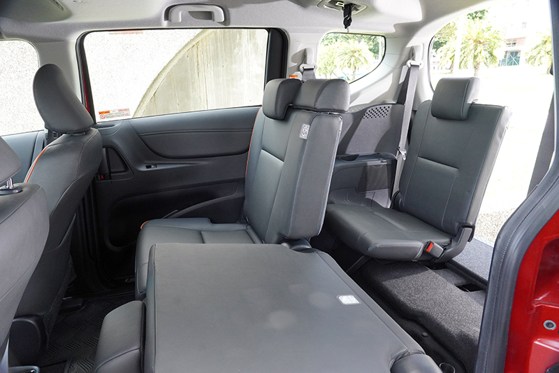 Toyota Sienta要乘載超過5人時需移動中排座椅換取第三排更多的膝部空間,在寬裕度上會大打折扣
