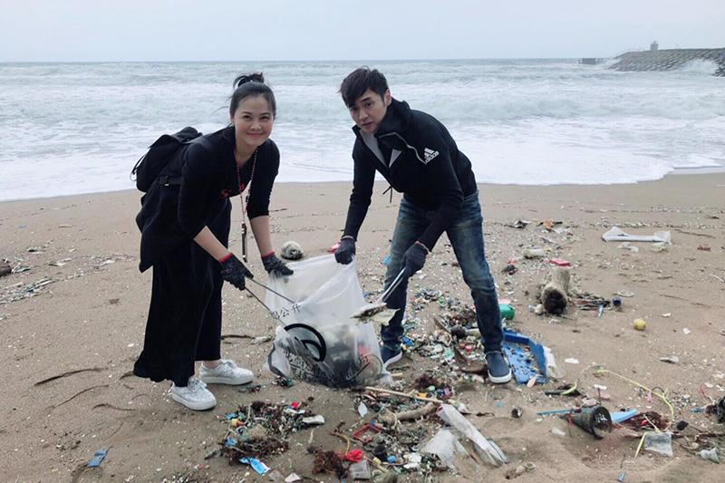 【車勢星聞】藝起發光協會帶領60多位藝人,與「ASSAxRE-THlNK淨灘活動」合作,到新北萬里的頂寮沙灘進行淨灘。