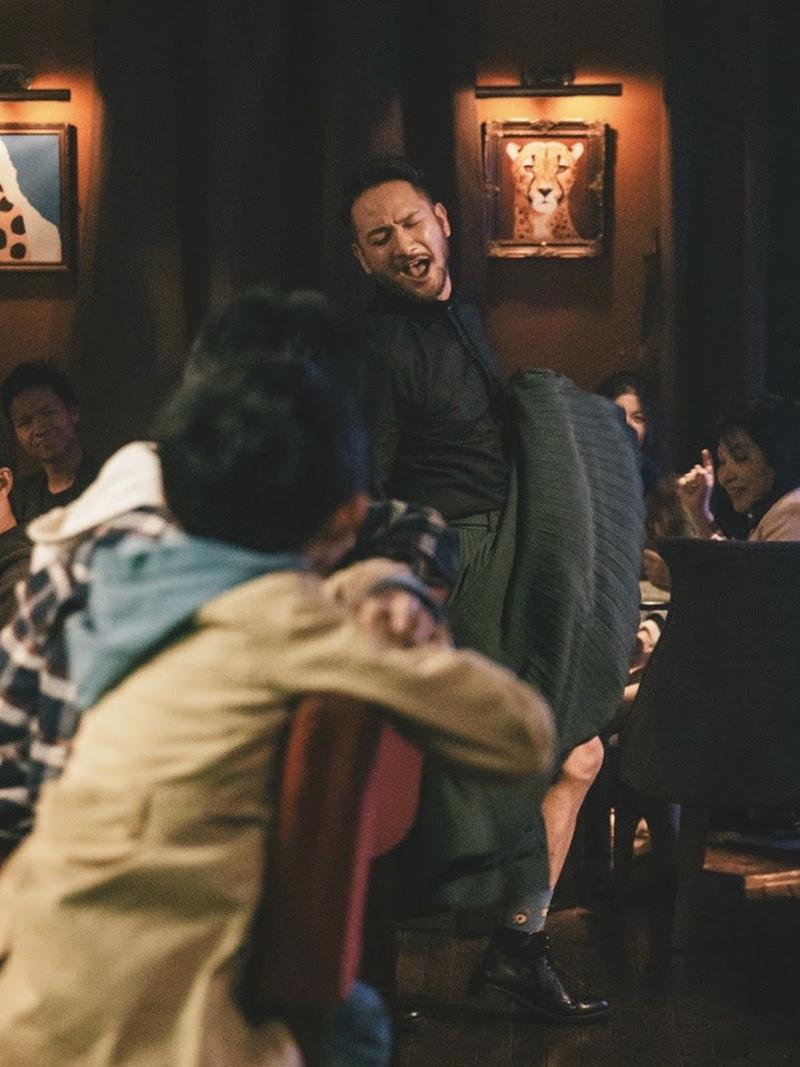 電影《輕鬆搖擺》主要演員高山峰一看到劇本指示他要穿著裙子、隨著老公吹奏的爵士樂輕鬆搖擺,他馬上主動提出練舞需求。