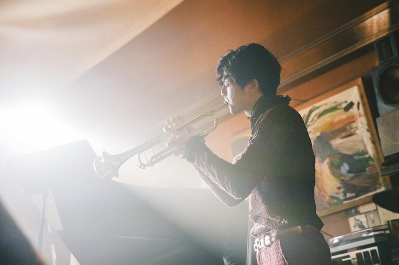 電影《輕鬆搖擺》主要演員江常輝劇本裡他不但是爵士樂小號手,還要在鏡頭上演出兩首專業曲目。