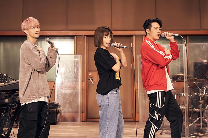 【車勢星聞】Vivian徐若瑄攜手熊仔、Shawn楊尚融為《V Live音樂分享會》練團嗨唱。
