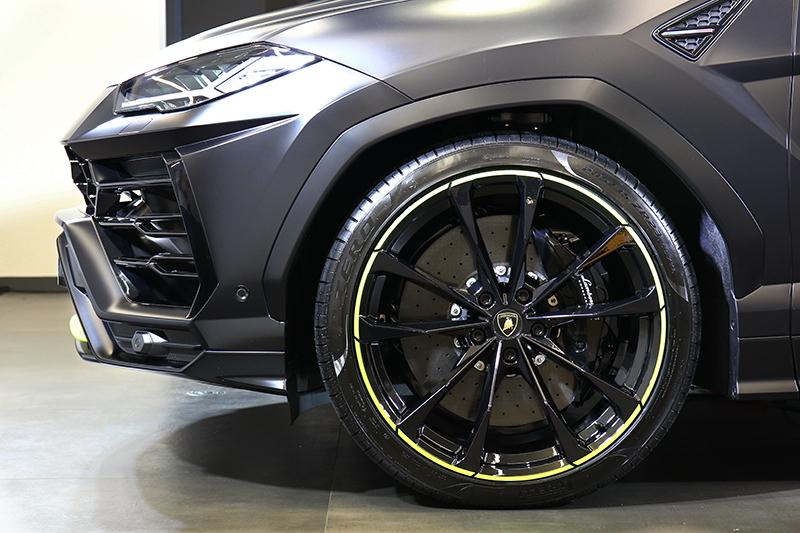 輪圈標配23吋規格,且外圈也同樣採搶眼的綠色點綴。