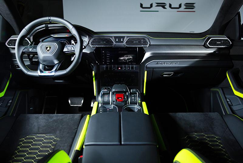 座艙座椅、排檔座兩側、門把手與縫線與外觀呼應採鮮明綠色搭配。