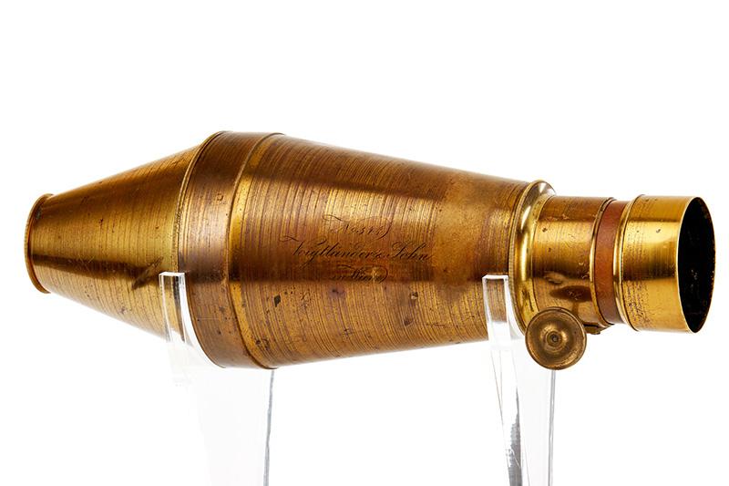 1840 年的福倫達銀版攝影相機(Voigtländer Daguerreotype camera)(預估成交價200,000 – 300,000歐元)