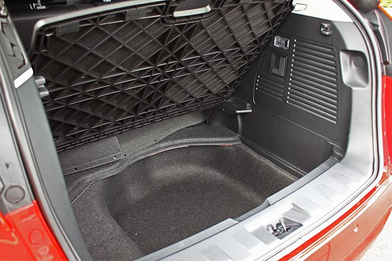 車格更大當然空間也更充裕,關於這點光看行李廂空間即清楚明白。