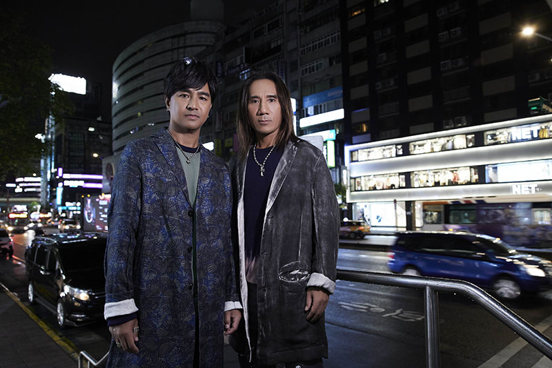 【車勢星聞】動力火車拍攝新歌《跳上車子離開傷心的台北》MV再踏忠孝東路。/華研國際提供