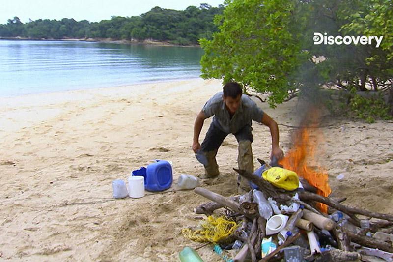 前美國陸軍特種部隊生存專家麥可霍克和他的電視記者太太露絲.在巴拿馬荒島上受困了4天,夫妻倆的救命恩人竟是燃燒塑膠袋產生的大量黑煙。