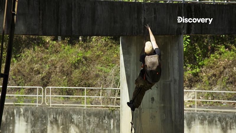 比賽最後還得以繩索爬上大壩頂端才算過關,精疲力竭的艾德能否搶先一步,再次證明自己的能耐?