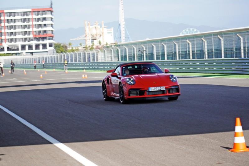 這關主要是靠著彈射起跑模式盡量在最短時間內衝到指定速度,再藉由優異的陶瓷碳纖維煞車系統將車輛迅速停下