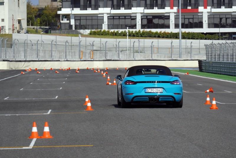 Boxter底盤低車重輕的優勢對於左右重心的轉移速度也快,駕馭起來的信心度非性能房車能比擬