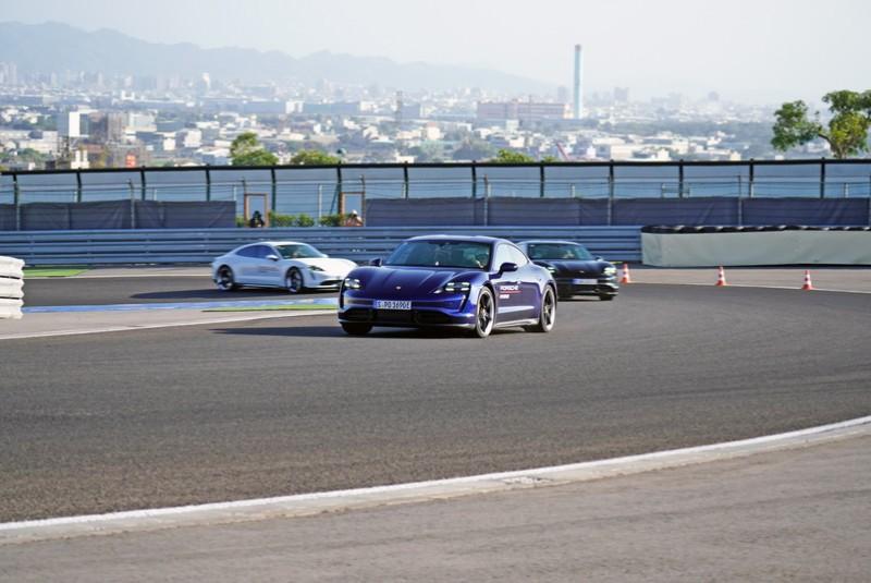 Taycan除了加速過程中聽不到引擎拉轉及渾厚的排氣聲浪,駕馭起來完完全全就是一部正統的Porsche