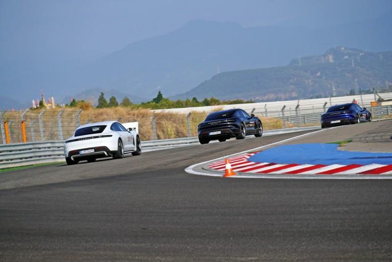 一開始教練便迅速拉出一小段距離讓車隊能夠體驗電動車瞬間加速的感受
