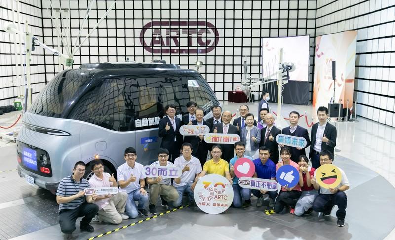 行政院長蘇貞昌(後排左五)與經濟部長王美花(後排左六)等貴賓與年輕工程師群在自駕電動小巴WinBus前合照。