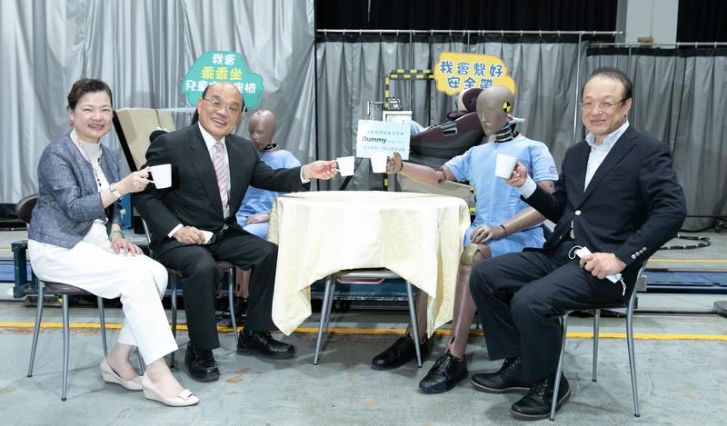 行政院長蘇貞昌(左二) 與經濟部長王美花(左一)參觀國內唯一碰撞實驗室,了解整車碰撞及臺灣新車安全評等(TNCAP)能量,與碰撞假人一起喝咖啡。 30 年奮力耕耘成果豐碩 攜手台灣車輛產業升級轉型。