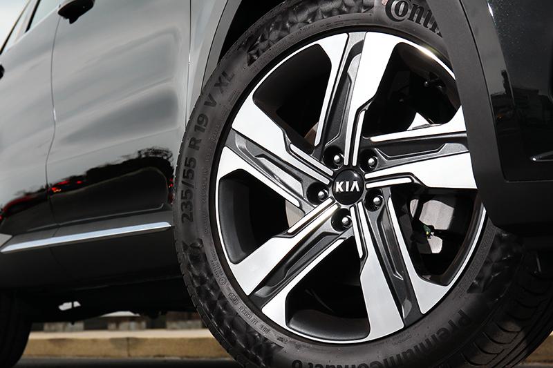 旗艦車型配置19吋圈胎。
