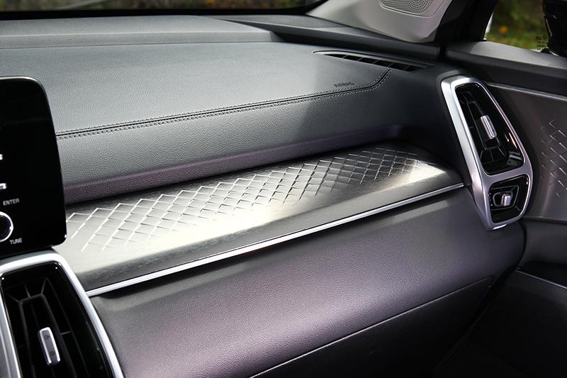 儀表平台立體霧銀飾板有畫龍點睛功效。