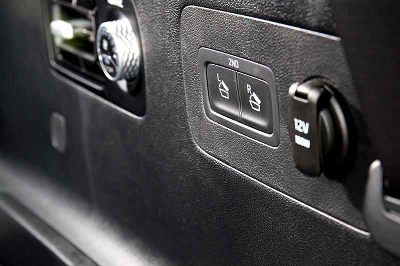 行李廂配有第二排快速倒放按鍵。