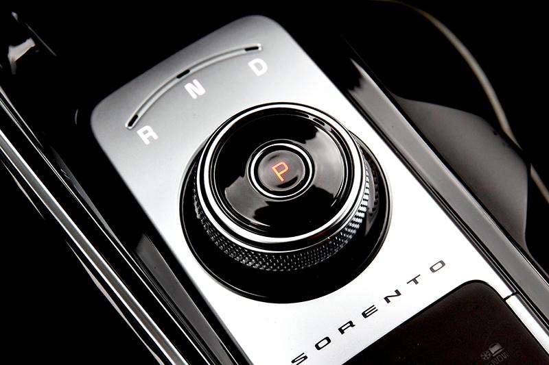 新Sorento配置八速濕式雙離合器自手排,六人座車型則採電子旋鈕式排檔。