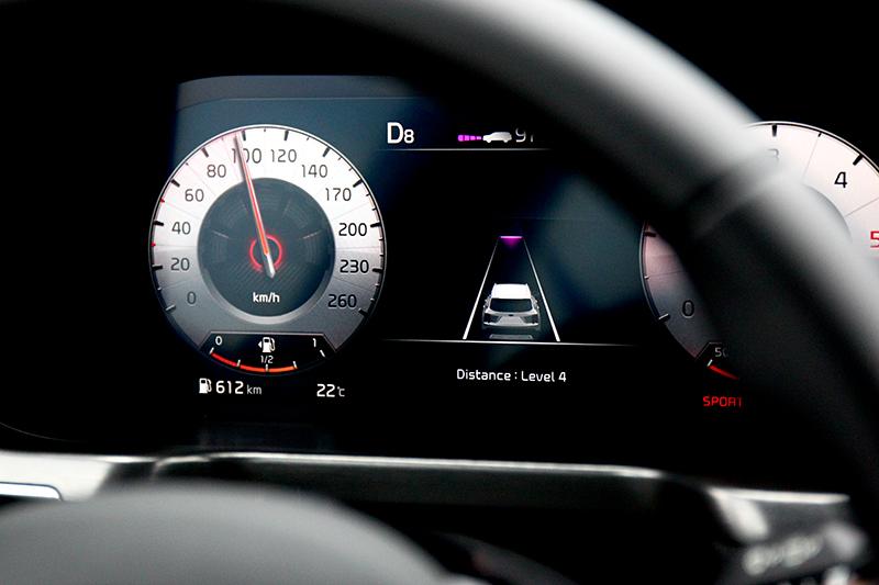 SCC全速域智慧巡航控制與LKA車道維持輔助系統提供半自動駕駛功能。