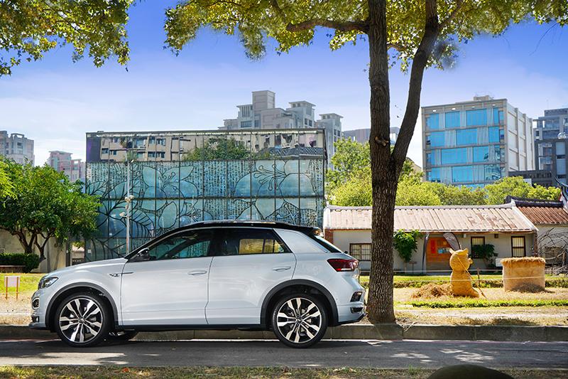 T-Roc腰身與輪拱採不同線條勾勒,窗框上緣也利用鍍鉻飾條營造更鮮明的雙色懸浮車頂感受。