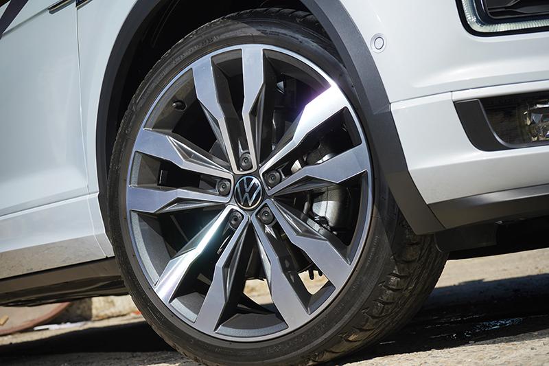19吋輪圈與普利司通S001輪胎組合,在視覺與抓地力都有出色表現。