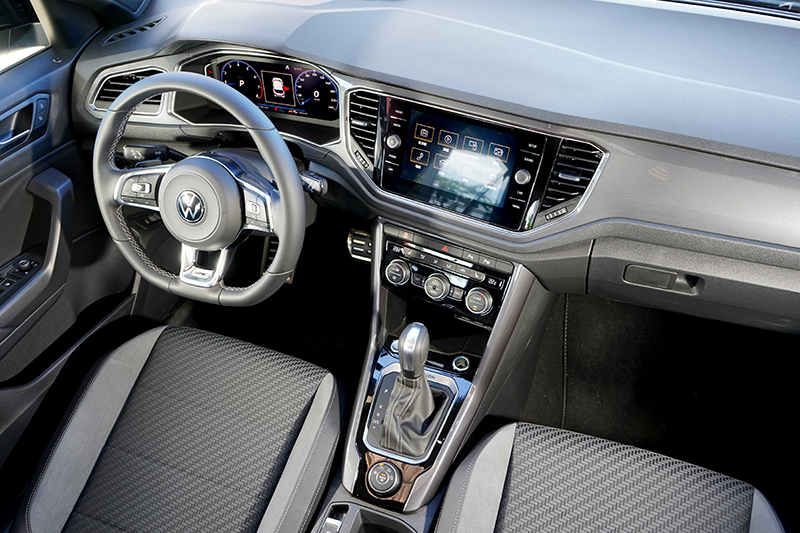 T-Roc座艙為VW新世代設計,中控平台飾板營造出質感成熟氛圍,但車內多處為硬質飾板較為可惜。