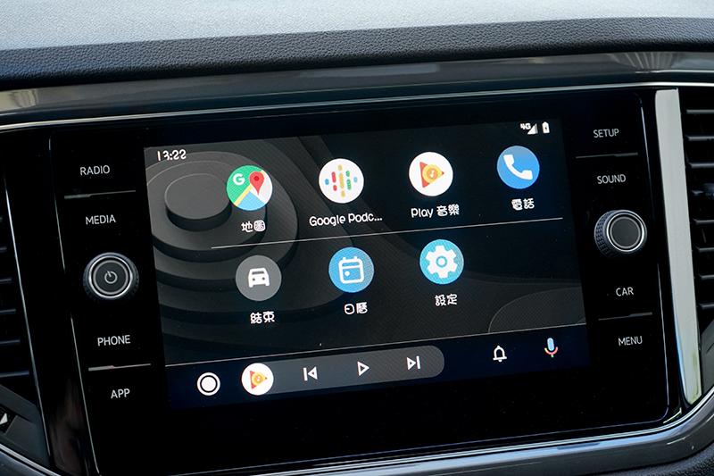 中控配置8吋多媒體系統,並支援Apple CarPlay/Android Auto與鏡射功能。