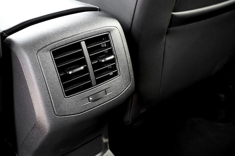 後座出口提升乘坐品質,也是多數消費者想要的配備。