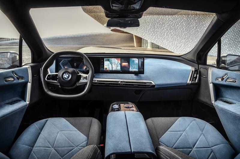 車內全數功能都能在大面積數位螢幕上操作。