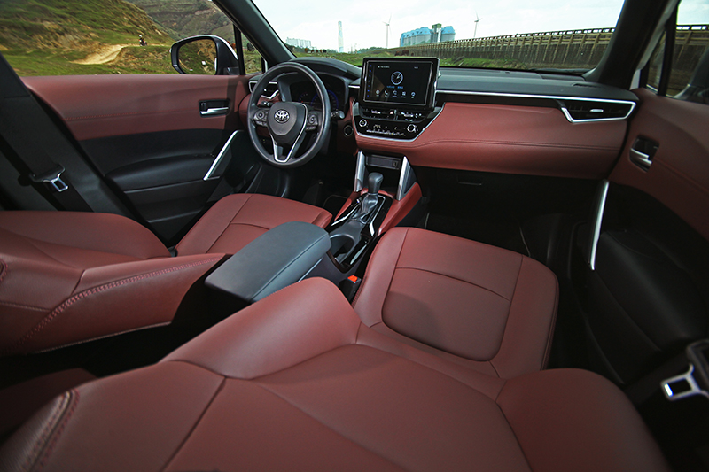 承襲COROLLA車系而來的座艙質感細膩,更備有爽心悅目的雙色皮革供選配。