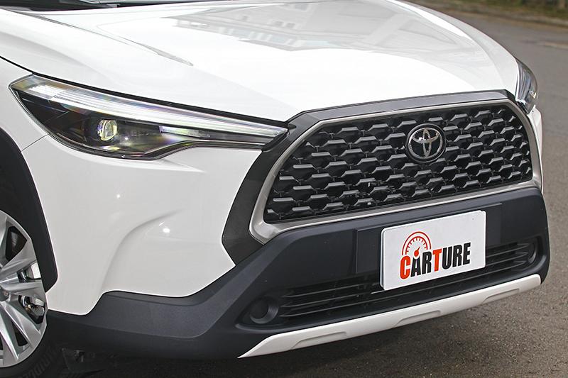 由平整化的水箱護罩廠徽可得知,TSS(Toyota Safety Sense)主動式安全防護系統的部分感測器正隱身其中。