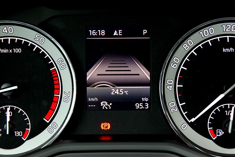 儀表非數位式,但中央資訊幕還是能提供導航方位與車輛資訊。