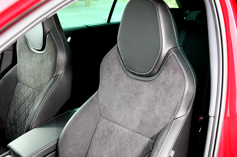 座椅採麂皮包覆,造型也提供出色包覆性。