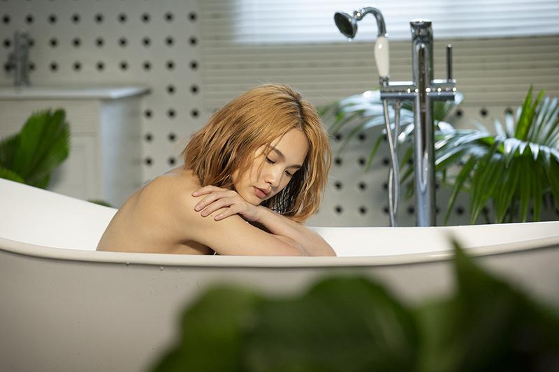 【車勢星聞】楊丞琳〈漂流浴室〉MV忘情勁舞,「比去健身房還累!」/EMI提供