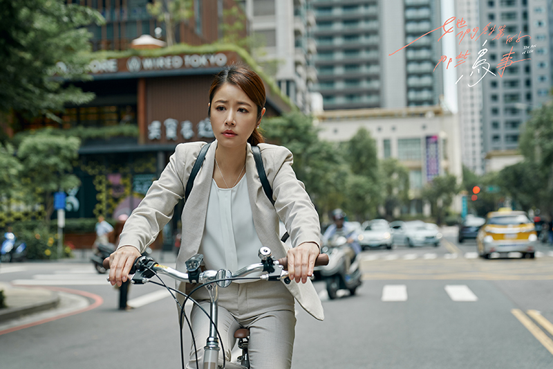 【車勢星聞】林心如《她們創業的那些鳥事》戲中騎腳踏車上班,是果斷的女強人。/可米傳媒提供