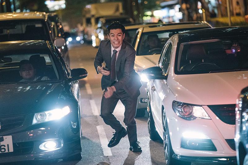 【車勢星聞】《無間行者之生死潛行》周柏豪在車陣中狂奔。(圖:華映娛樂提供)