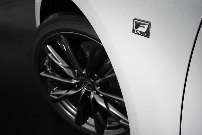 IS 300h F Sport 輪圈搭配的是多邊型雙肋槍色輪圈,更是有助於強化運動跑房車的視覺效果