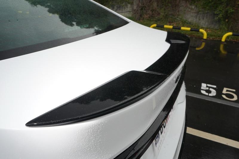 F Sport車型在尾廂蓋上賦予鋼琴烤漆材質的鴨尾尾翼
