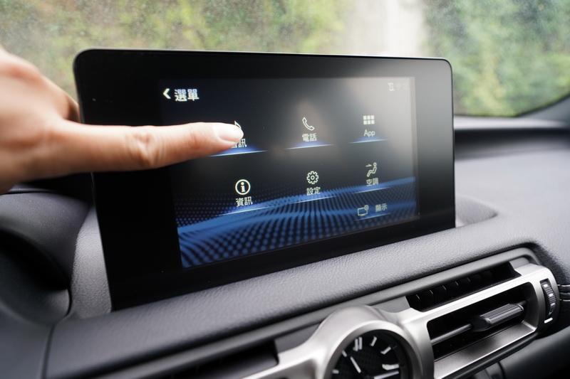 觸控螢幕取代原本的滑鼠游標,不過較為可惜的是10.3吋的螢幕並未同步導入國內