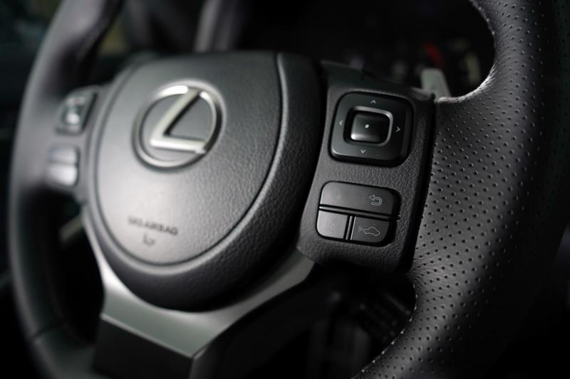 方向盤右側的車距控制及車道偏移按鈕在Lexus新世代車款上已見過多次