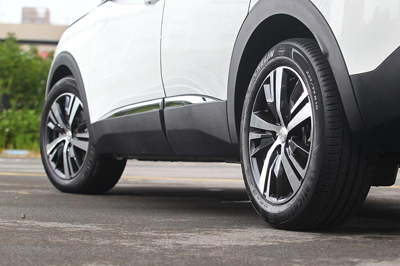 225/55 R18五幅多肋式胎圈組,搭配防刮塑料、鍍鉻飾條與烤漆鈑件穿插的設計手法,讓車側線條豐富且和諧。