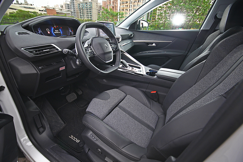 駕駛者導向的第一人稱座艙氛圍,搭配小尺寸方向盤、時髦座椅設計以及優異用料後根本愛車人天菜。