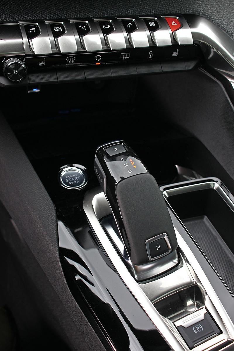 EAT8八速手自排變速系統具備換擋撥片,但我更想讓你回味一下上方整排美麗細緻的多功能控鍵。