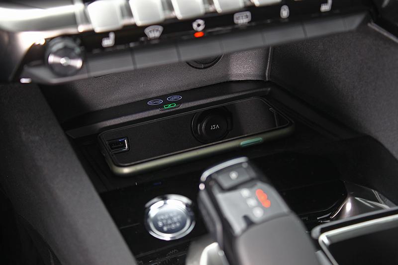 極為實用的手機無線充電座,也是3008 1.5L BlueHDi Allure+的標準配備。