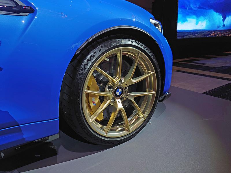 耐磨度更佳且使用壽命更長久的陶瓷煞車配金色卡鉗或19吋霧金色輪圈j為選項配備。