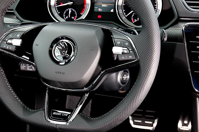 方向盤設計也依車型區分為懸浮式飛梭滾輪多功能方向盤與SportLine車型專屬的三幅式跑車平把方向盤。