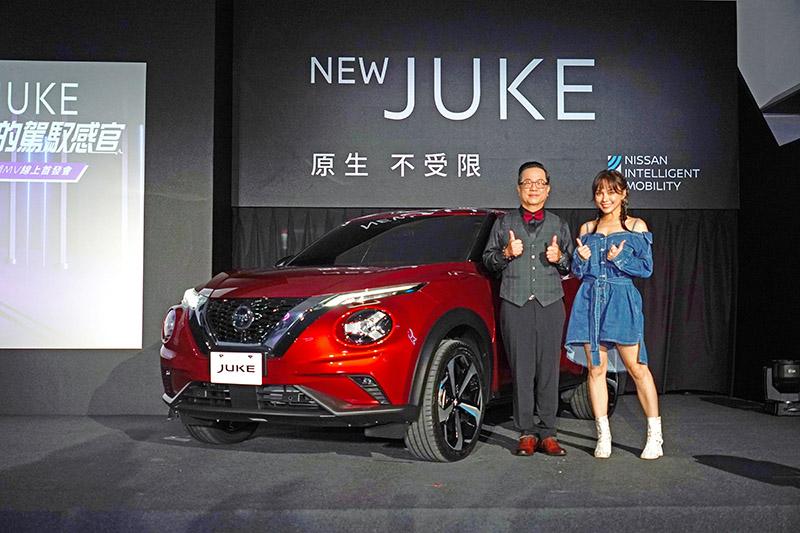 在全新Juke發表會中更邀請Juke於華納音樂的師姐歌手林采欣〈右〉至現場演唱,左為裕隆日產汽車李振成總經理。