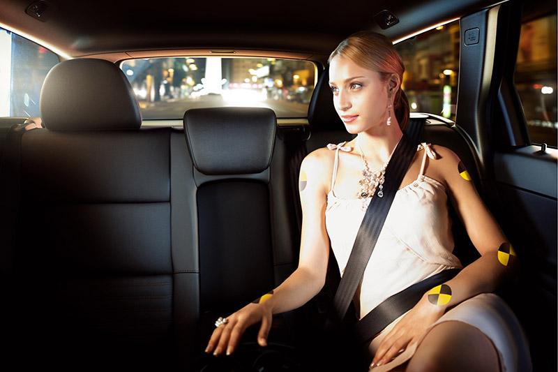 無論是坐在車內哪個位置都開繫上安全帶。